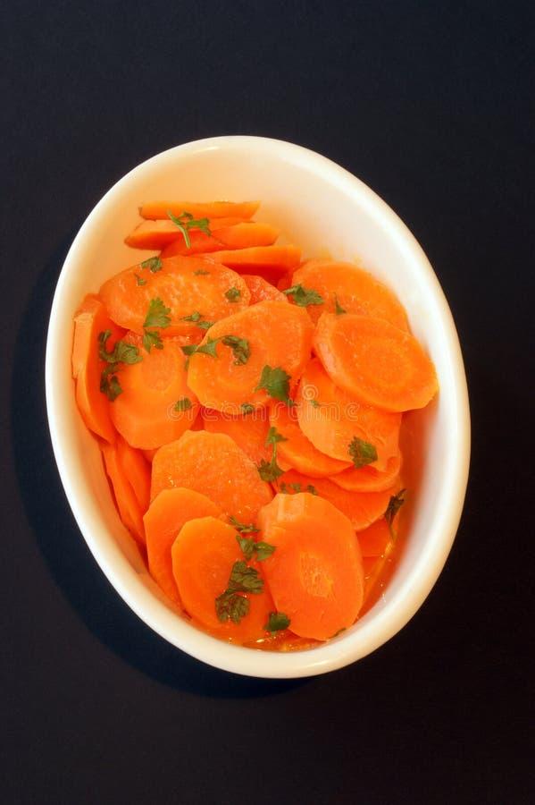 Cenoura assada e uma bacia branca imagem de stock