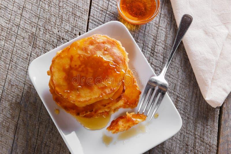 Cenoura dos fritos das panquecas com o café da manhã do xarope de bordo imagens de stock royalty free