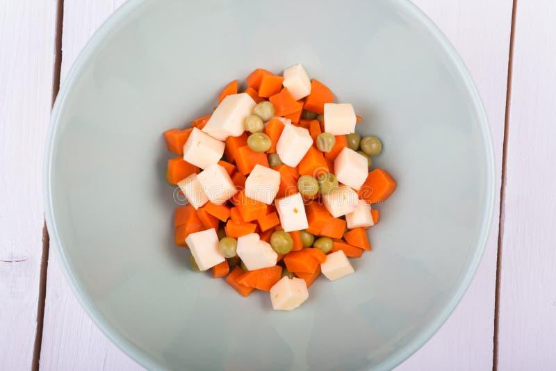 Cenoura e salada das ervilhas verdes imagens de stock royalty free