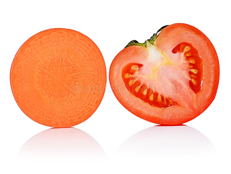 Cenoura e tomate frescos na sobre o fundo branco fotos de stock