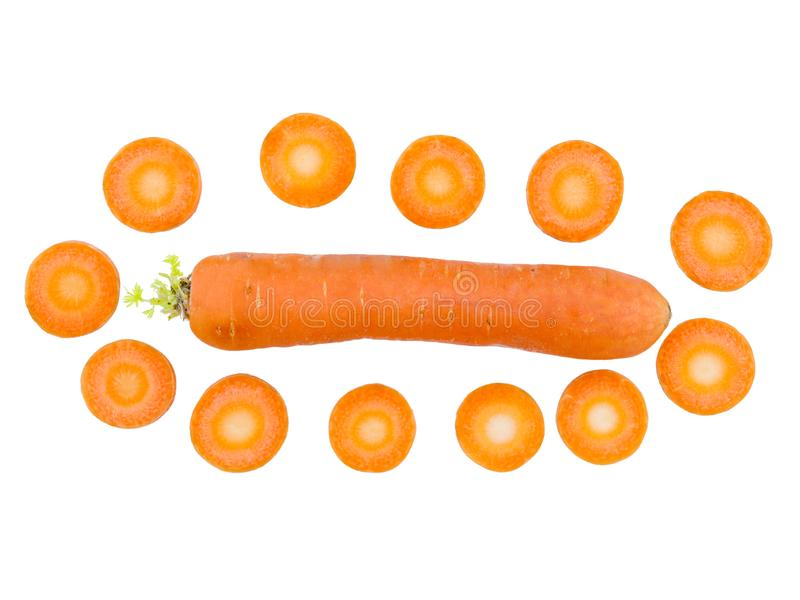 A cenoura encontra-se horizontalmente close-up ao lado das fatias da cenoura em um fundo isolado branco Vista de acima imagem de stock