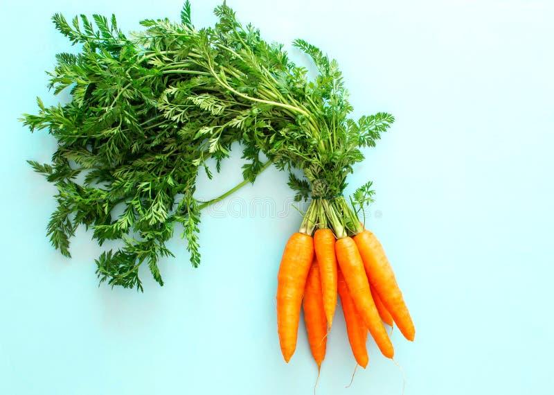 Cenoura fresca no fundo azul pastel, vista superior, espa?o da c?pia foto de stock royalty free
