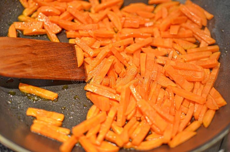 Cenoura raspada no close-up da frigideira imagem de stock