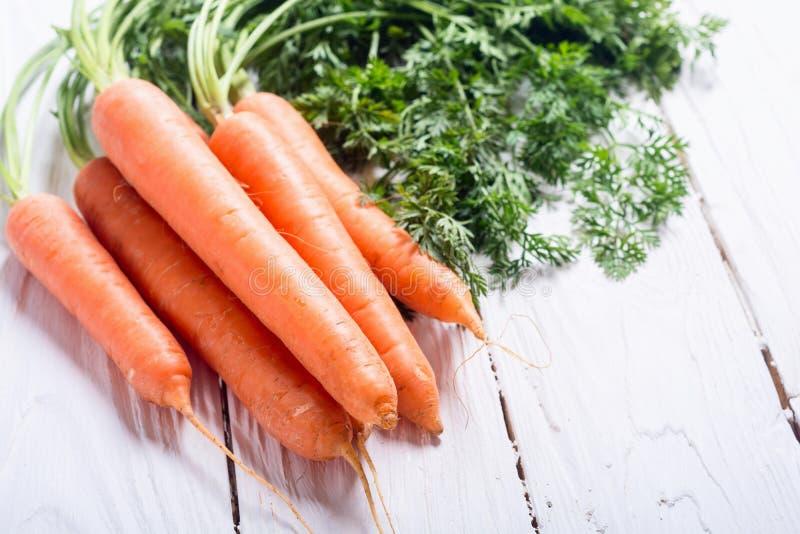 Cenoura vegetal com folhas fotografia de stock royalty free