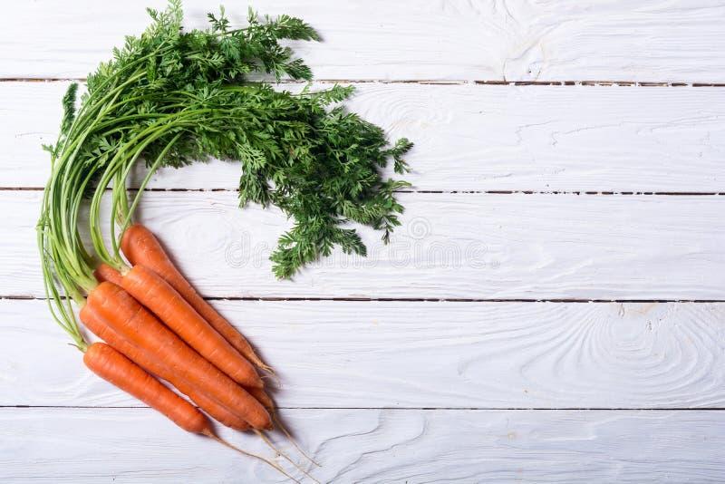 Cenoura vegetal com folhas imagem de stock