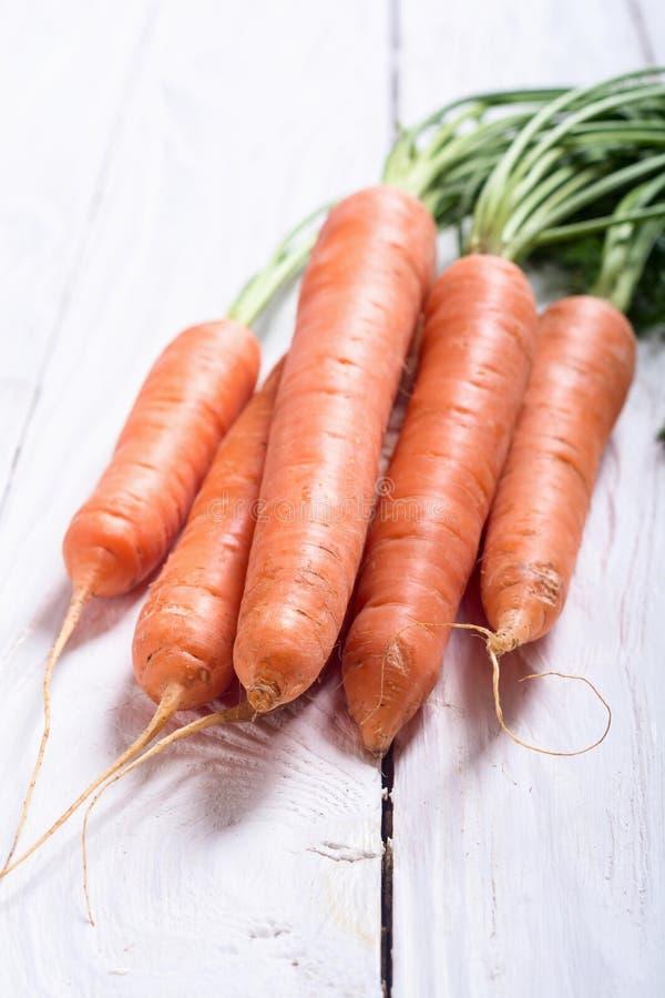 Cenoura vegetal com folhas imagens de stock