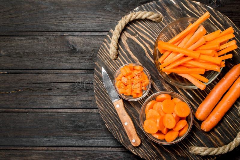 Cenouras frescas em uma placa de corte com uma faca foto de stock
