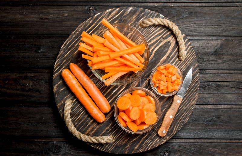 Cenouras frescas em uma placa de corte com uma faca fotografia de stock royalty free