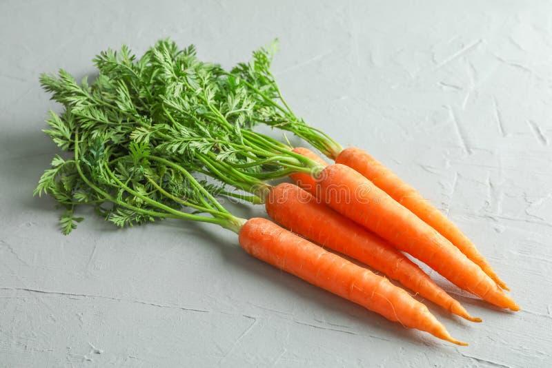Cenouras maduras na tabela cinzenta fotografia de stock