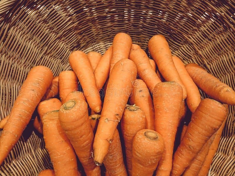 Cenouras na cesta vegetal fotografia de stock