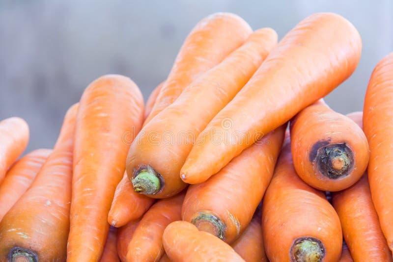 Cenouras na exposição no mercado imagens de stock