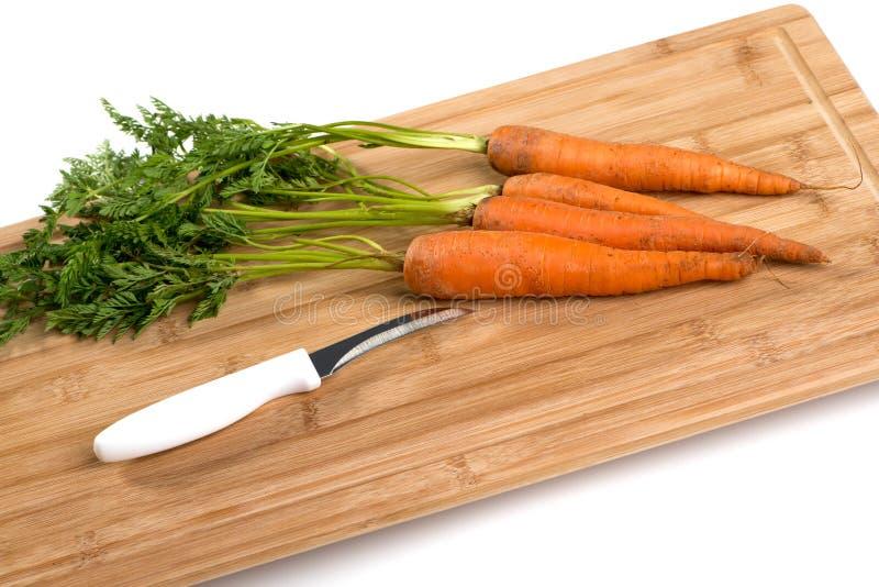 Cenouras na placa de madeira foto de stock