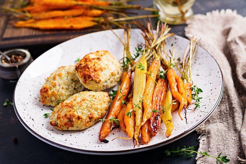 Cenouras orgânicas cozidas com carne e abobrinha da galinha do tomilho e da costoleta/almôndega fotografia de stock