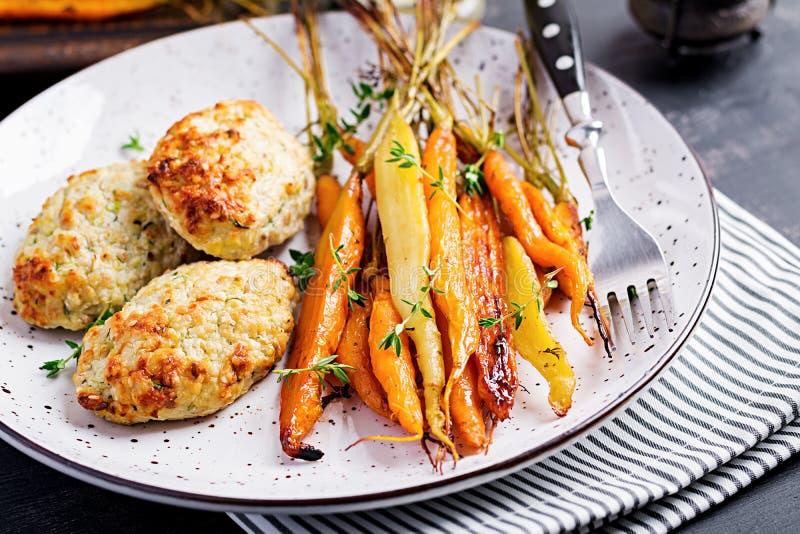Cenouras orgânicas cozidas com carne e abobrinha da galinha do tomilho e da costoleta/almôndega foto de stock royalty free