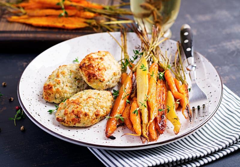 Cenouras orgânicas cozidas com carne e abobrinha da galinha do tomilho e da costoleta/almôndega foto de stock