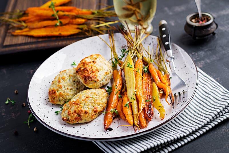 Cenouras orgânicas cozidas com carne e abobrinha da galinha do tomilho e da costoleta/almôndega fotos de stock