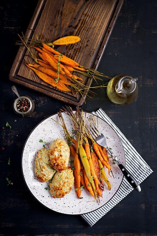 Cenouras orgânicas cozidas com carne e abobrinha da galinha do tomilho e da costoleta/almôndega fotos de stock royalty free