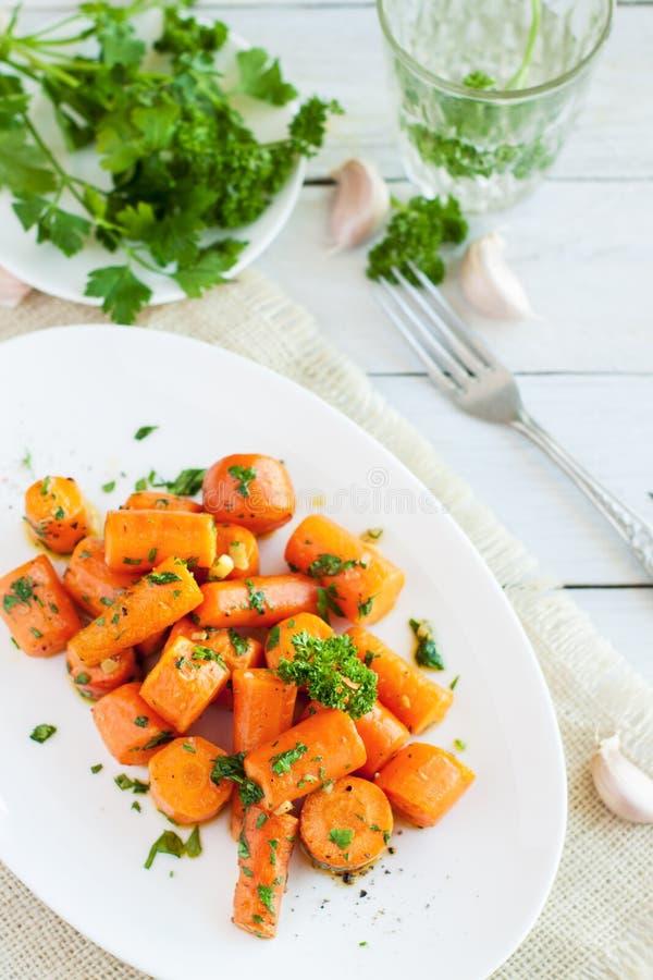 Cenouras Roasted com manteiga de alho imagem de stock royalty free