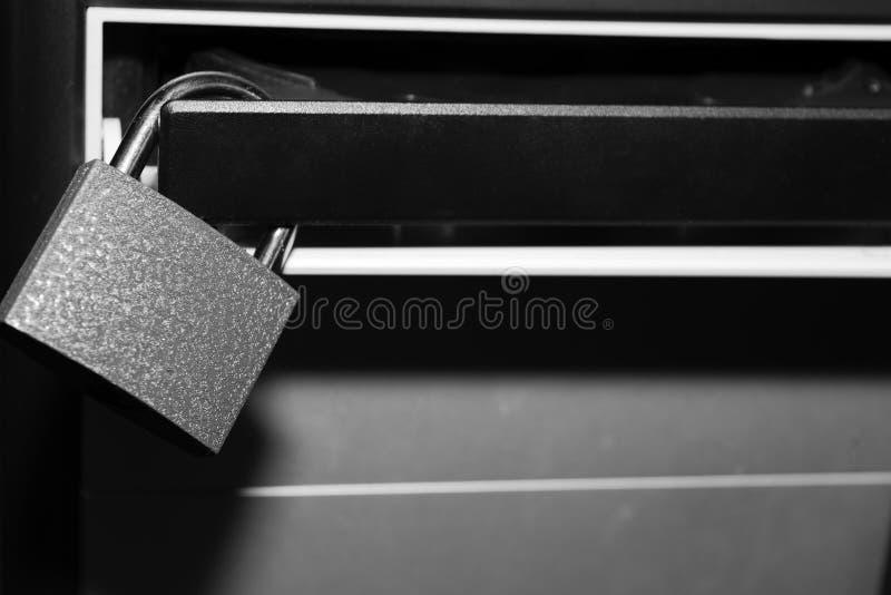 Censuur, beperkingen en verboden op Internet het concept, het slot hangt op de aandrijving van de computersysteemeenheid royalty-vrije stock afbeeldingen