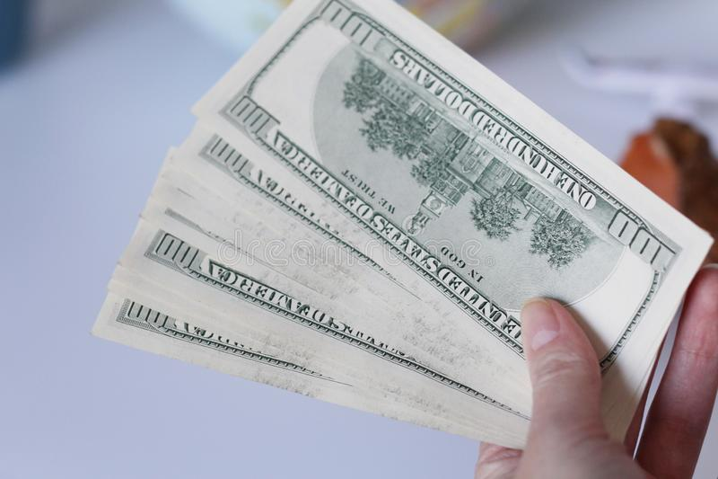Cent billets d'un dollar à disposition La main femelle tient beaucoup de dollars photographie stock libre de droits