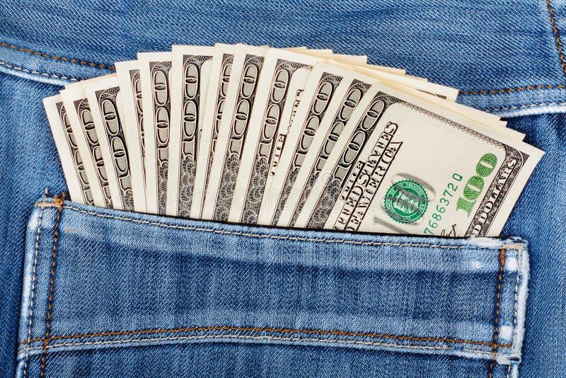 Cent billets d'un dollar collant dans la poche arrière de jeans photo libre de droits