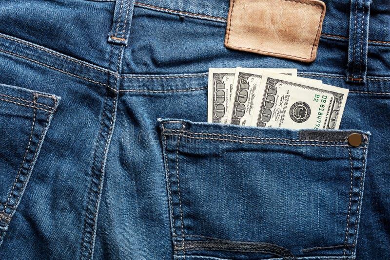 Cent billets d'un dollar dans la poche arrière d'une blue-jean photo libre de droits