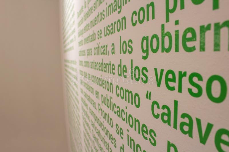 Centaines de mots écrits sur le mur photos stock