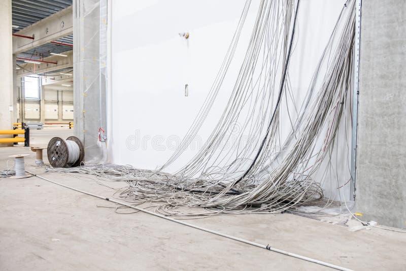 Centenares de colgante de los cables fotografía de archivo libre de regalías