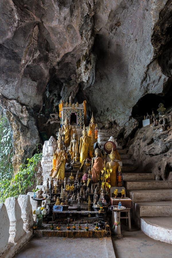 Centenares de estatuas de Buda dentro de Pak Ou Caves, Luang Prabang en Laos fotografía de archivo