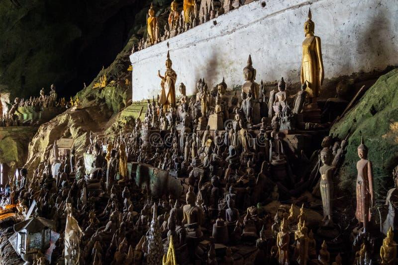Centenares de estatuas de Buda dentro de Pak Ou Caves, Luang Prabang en Laos fotografía de archivo libre de regalías