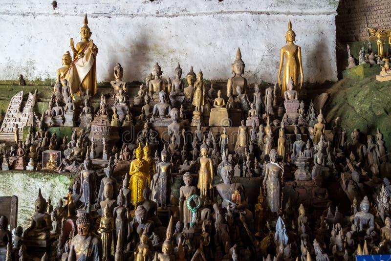 Centenares de estatuas de Buda dentro de Pak Ou Caves, Luang Prabang en Laos imágenes de archivo libres de regalías