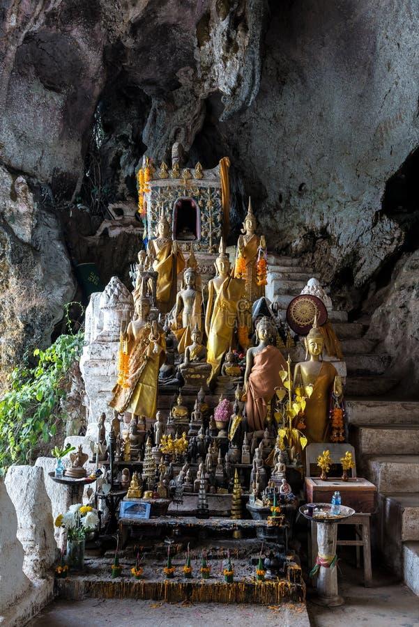 Centenares de estatuas de Buda dentro de Pak Ou Caves, Luang Prabang en Laos imagen de archivo