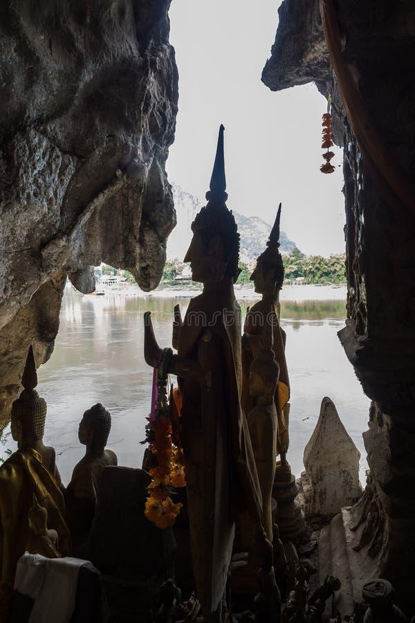 Centenares de estatuas de Buda dentro de Pak Ou Caves, Luang Prabang en Laos fotos de archivo