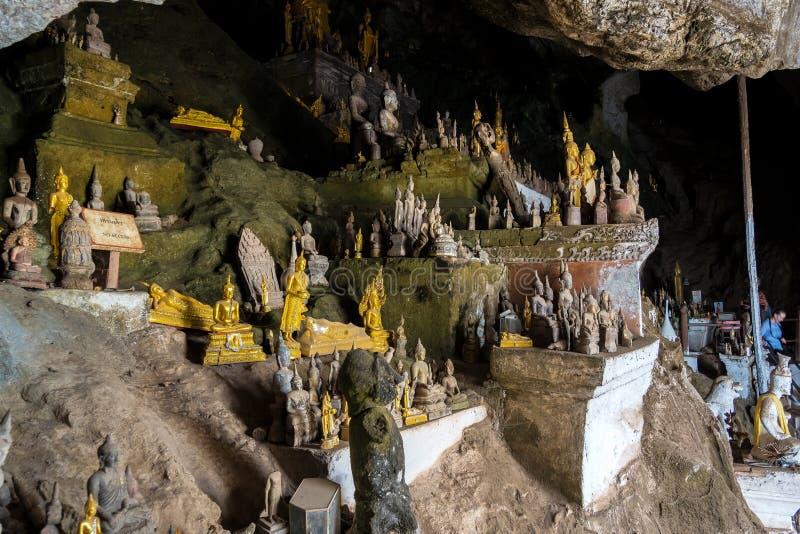 Centenares de estatuas de Buda dentro de Pak Ou Caves, Luang Prabang en Laos fotos de archivo libres de regalías