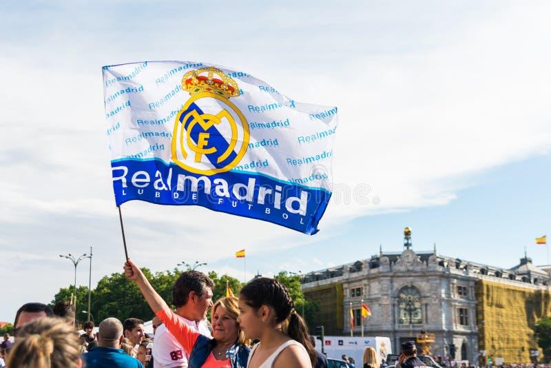 Centenares de gente que celebra la victoria en la liga del equipo de fútbol del Real Madrid imagen de archivo