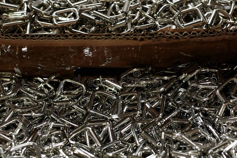 Centenares de hebillas de cuero, usados en la producción de bolsos, zapatos imagenes de archivo
