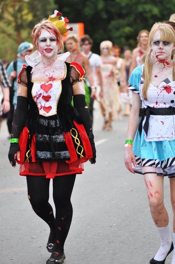 Centenares de zombis horribles que caminan a través de las calles de la ciudad de Brisbane imagen de archivo libre de regalías
