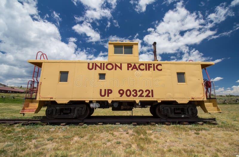 CENTENNIAL, WYOMING - 8 DE JULHO DE 2017: Um caboose pacífico do carro de trem da união velha na exposição em um museu no Centenn foto de stock