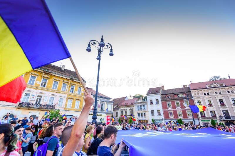 center stad gammala romania för brasov Protest för Romanians från utlandet mot goveren arkivbilder