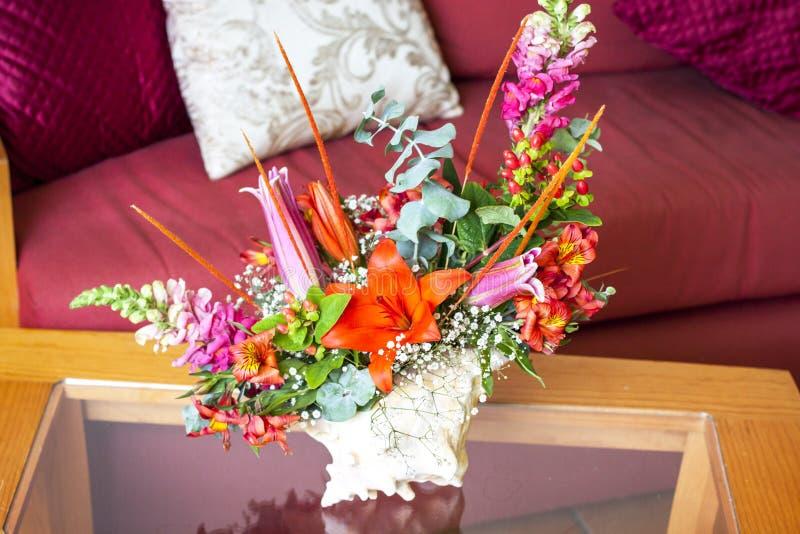 Centerpiece раковины с цветками стоковое фото