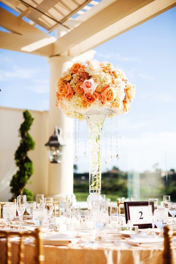 Centerpiece przy eleganckim weselem obraz stock