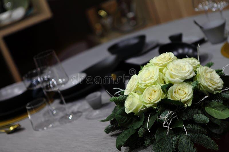 Centerpiece róże na stole obraz royalty free