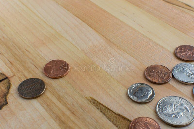Centesimi di valuta degli Stati Uniti su una Tabella di legno fotografie stock libere da diritti