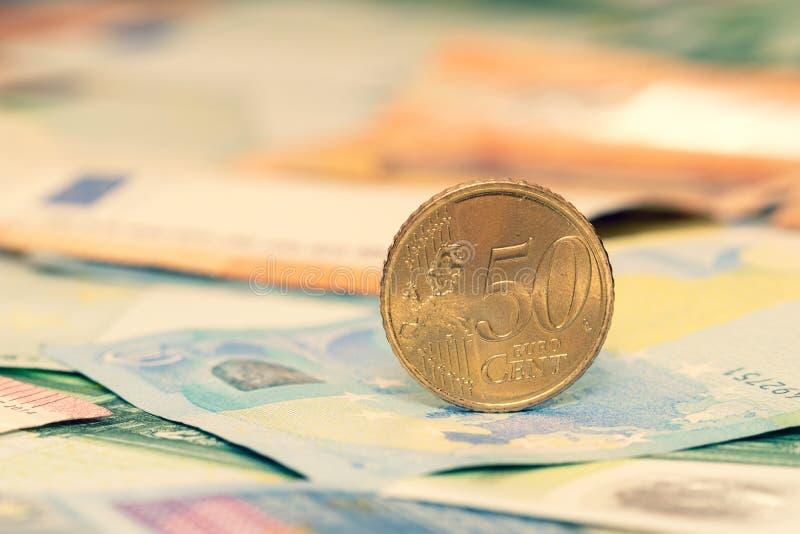 Centesimo cinquanta sulle euro banconote sparse fotografie stock libere da diritti