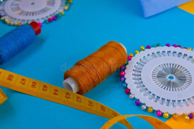 Centimètre, fil et aiguille, outils de couture, accessoires créatifs photos stock