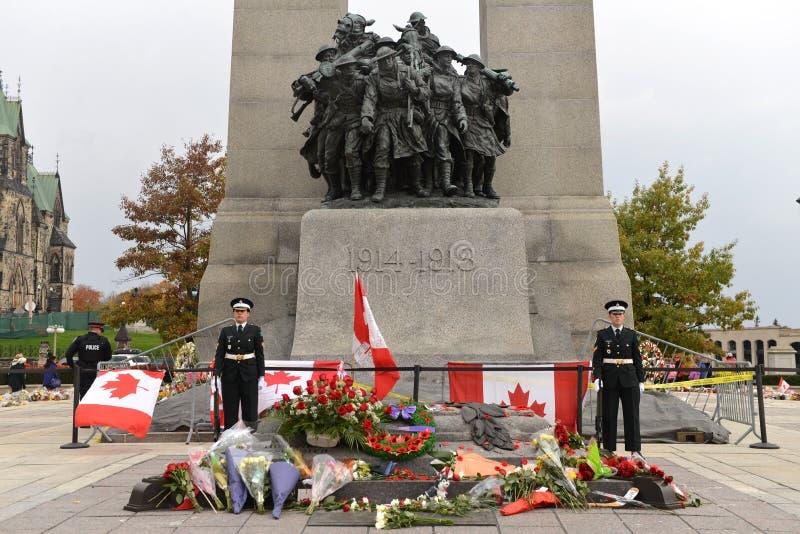 Centinelas en el cenotafio en Ottawa imagen de archivo libre de regalías
