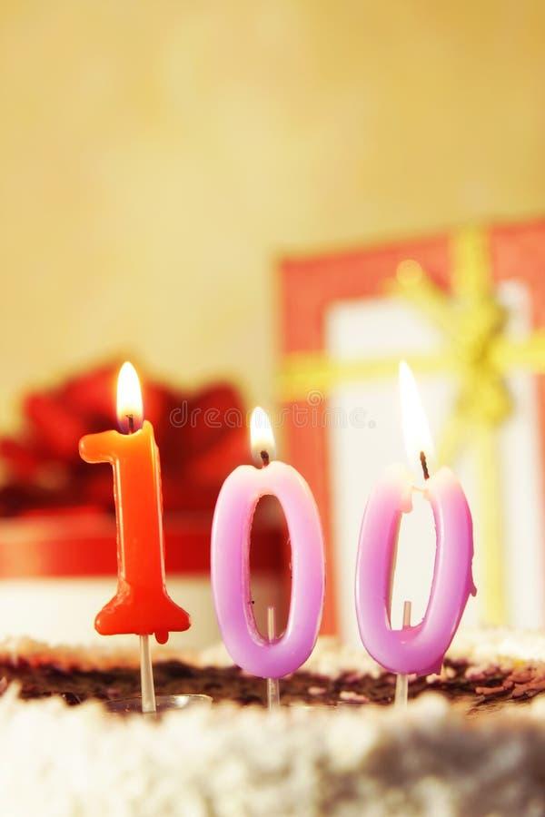 Cento anni Torta di compleanno con le candele burning fotografia stock