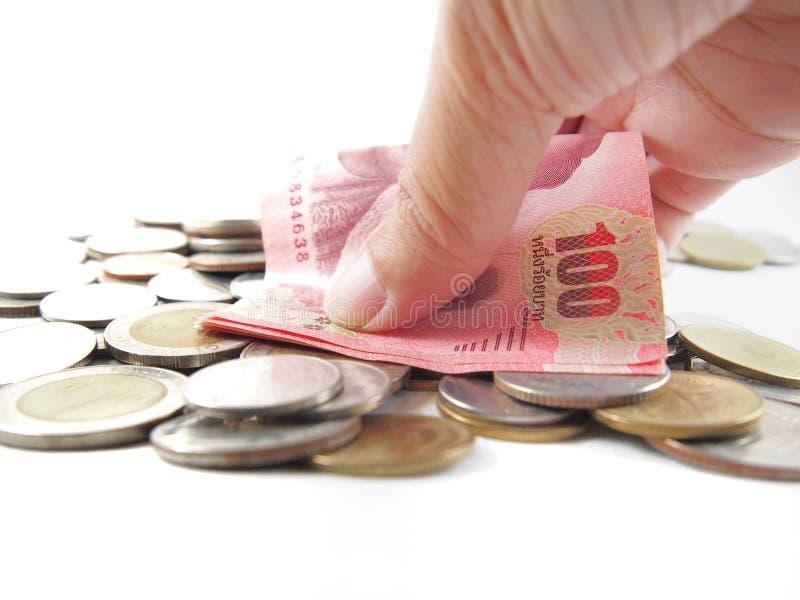 Cento banconote a disposizione, intraprendendo il mucchio di soldi tailandesi immagine stock libera da diritti