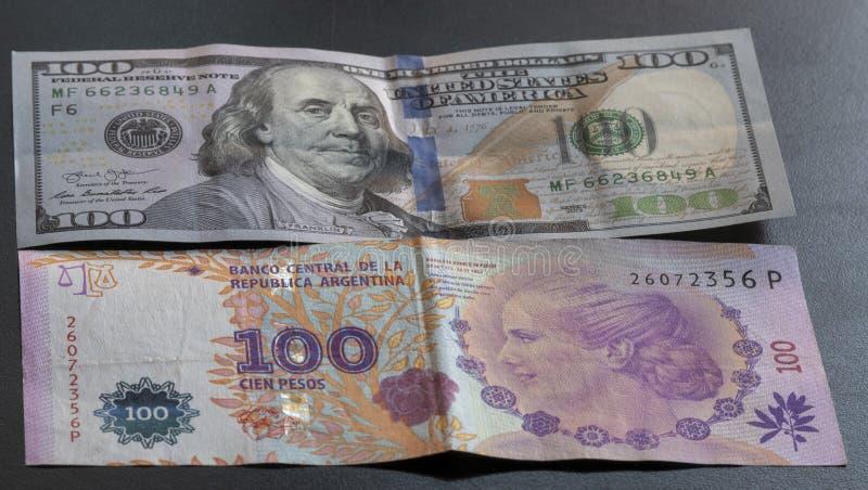 Cento pesi argentini e cento dollari immagine stock