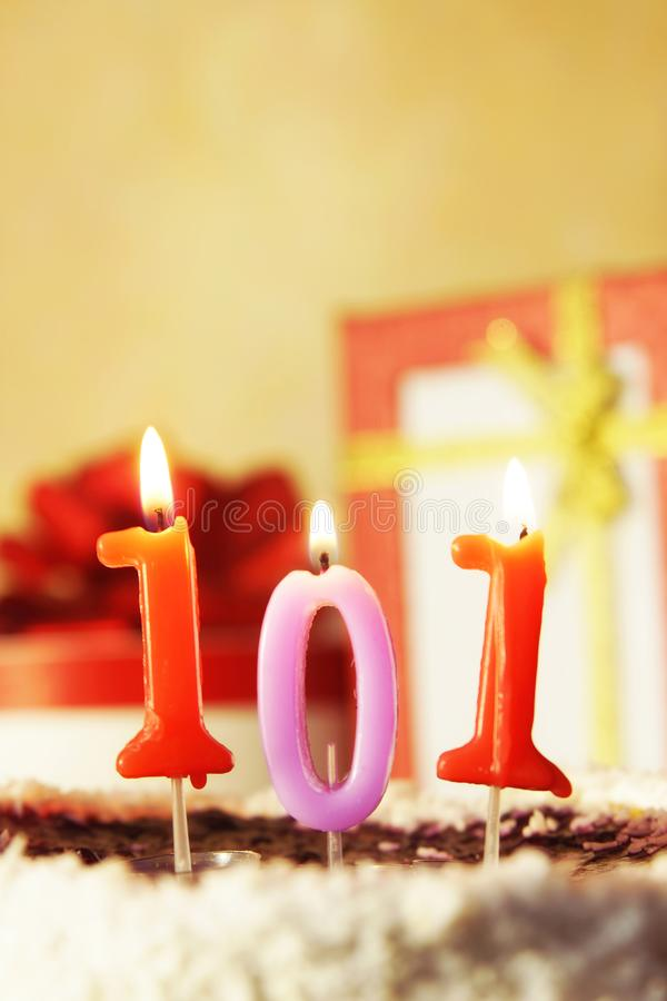 Cento un anno Torta di compleanno con le candele burning fotografia stock